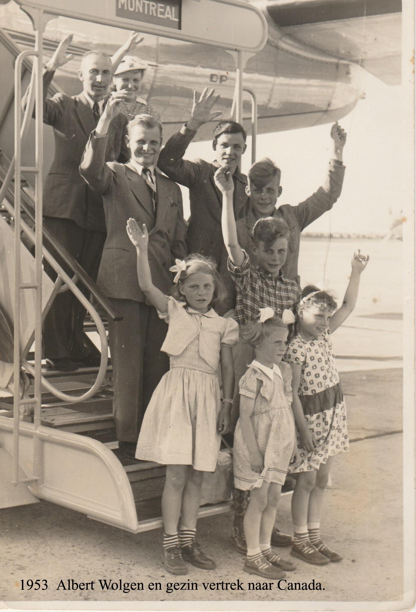 Albert Wolgen en fam. op vliegtuigtrap mei 1953kopie
