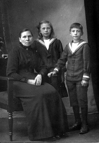 Oma Frouwke Wolgen-Brons met Albert en Remiena